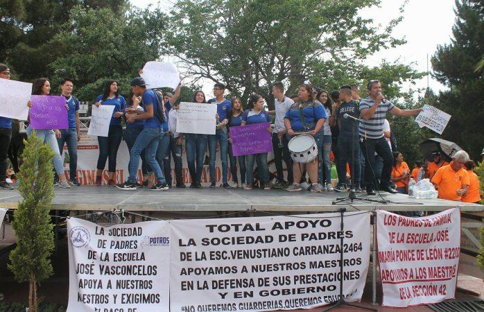 Se unen más alumnos a protesta; seguirán maestros en paro