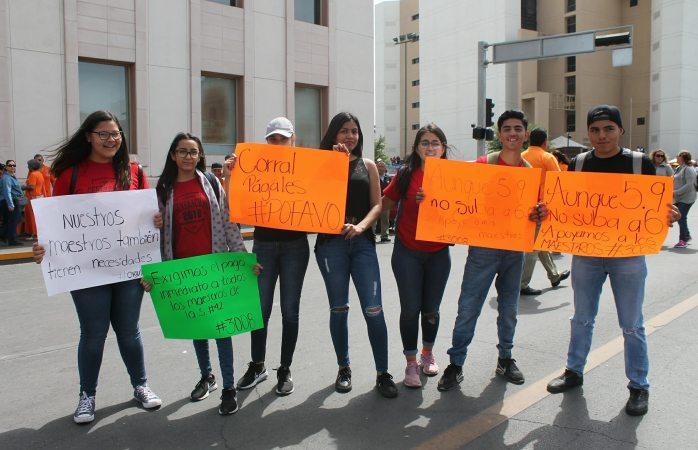 Estudiantes de secundaria llegan en apoyo a maestros