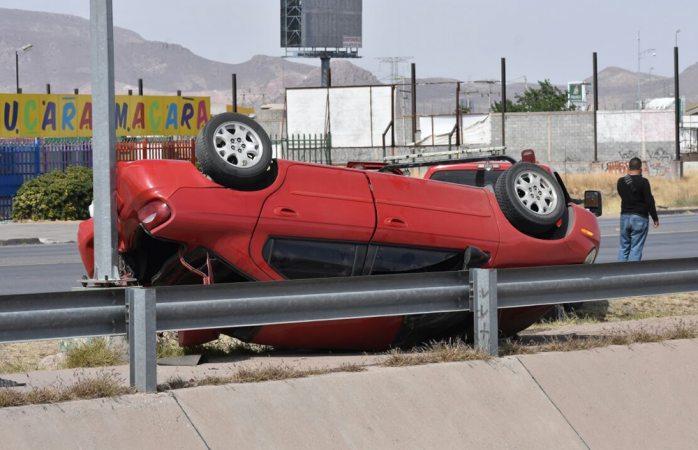 Pierde el control y vuelca en Los Nogales