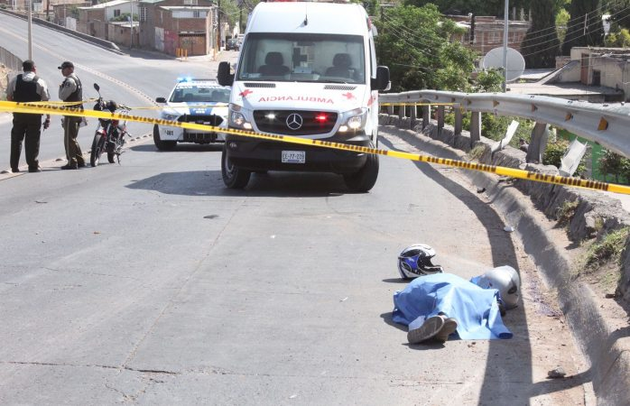 Muere acompañante de motociclista en choque con muro