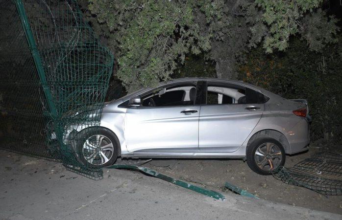Pierde control de su auto y derriba cerca de CFE