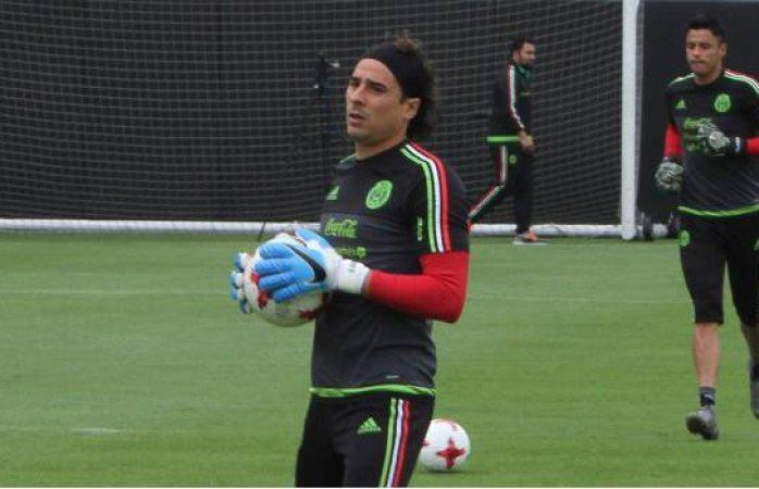 Guillermo Ochoa firma con el Napoli