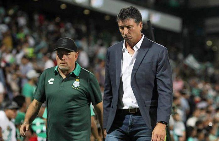 Renuncia DT de Santos por conflicto con jugador