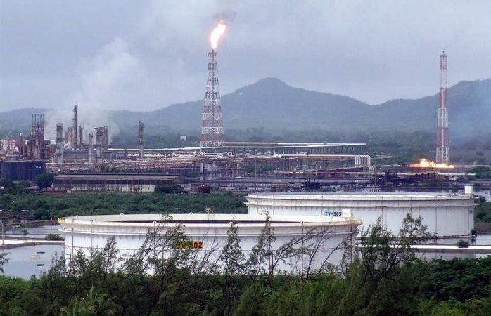 Paran refinería en Oaxaca por corte de luz