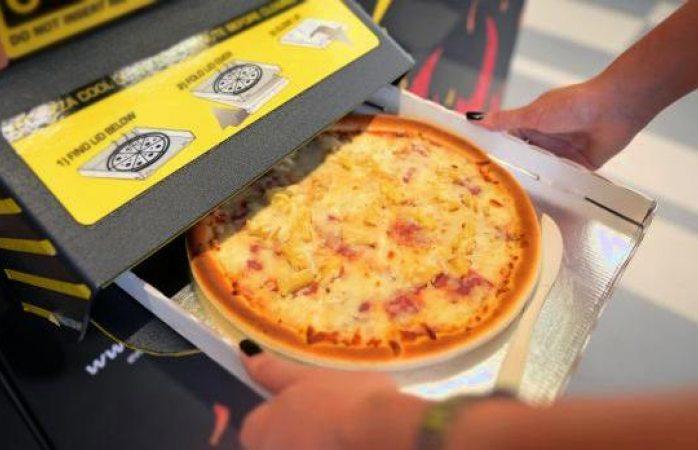 Japón inaugura su primera máquina expendedora de pizzas