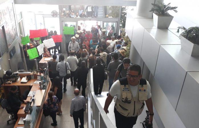 Esperan enfermeros inconformes a Ávila en congreso