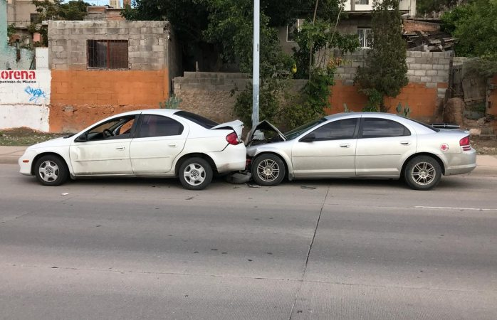 Se estrella contra vehículo estacionado