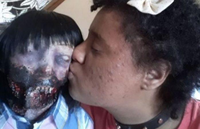 Joven estadounidense se casará con su muñeca satánica