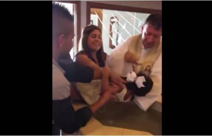 Video: niña no quería bautizarse e insulta al sacerdote