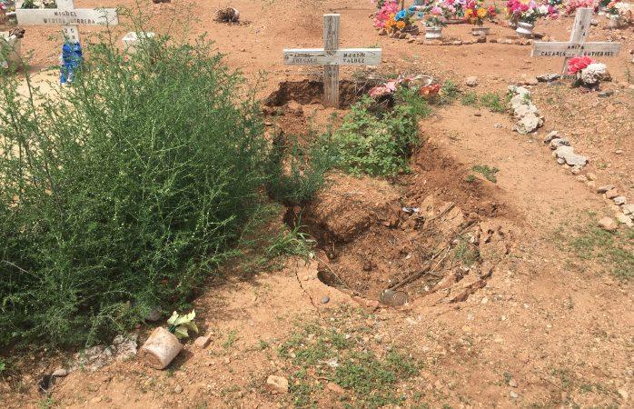 Hundidas lápidas en el panteón de Carrizalillo