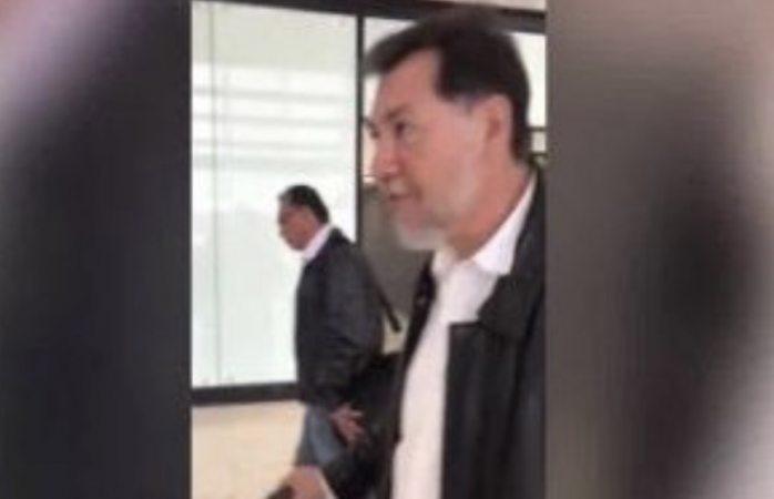 Cuestionan a Fernández Noroña por salir de sala Vip del aeropuerto