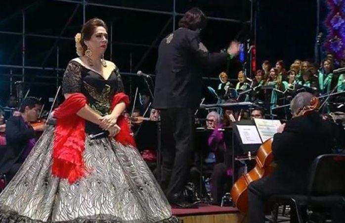 Regina Orozco le canta a AMLO en el Zócalo