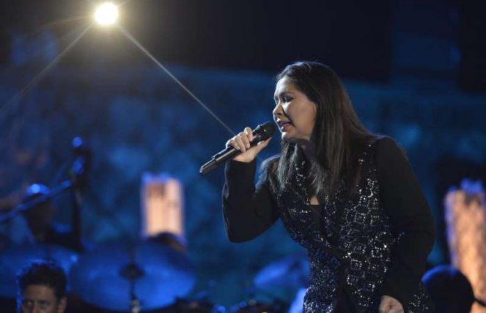 Ana Gabriel detiene show tras ser golpeada en pleno escenario