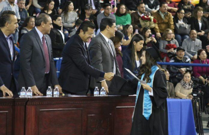 Asiste alcalde a graduación de 413 nuevos profesionistas