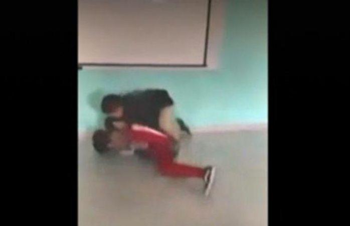 Maestro de preparatoria somete a golpes a alumno
