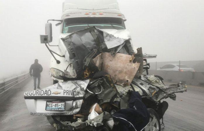 Fallecen 2 y 8 están heridas en Nuevo León tras chocar contra tráiler por neblina