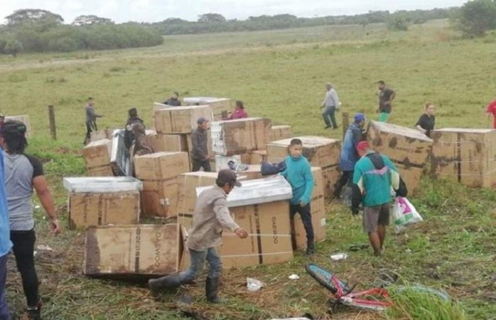 Rapiñan camión volcado de electrodomésticos en Veracruz