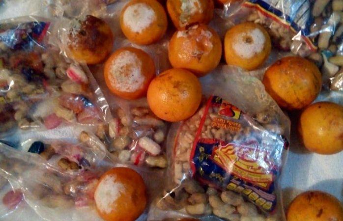 Regala Omar Bazán bolsitas con dulces y naranjas podridas