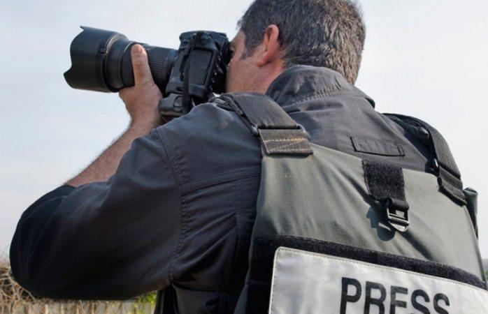 Deberá funcionario reparar daños a reportero por abuso de autoridad