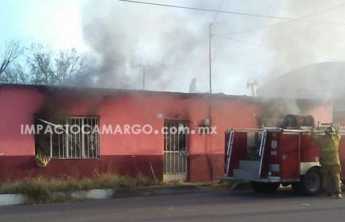 Rescatan a mujer de casa en llamas en Camargo