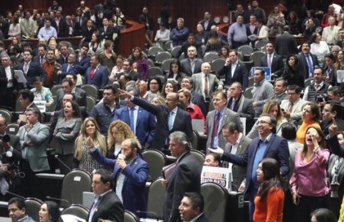 Empujones y manotazos entre diputados por ley de ingresos