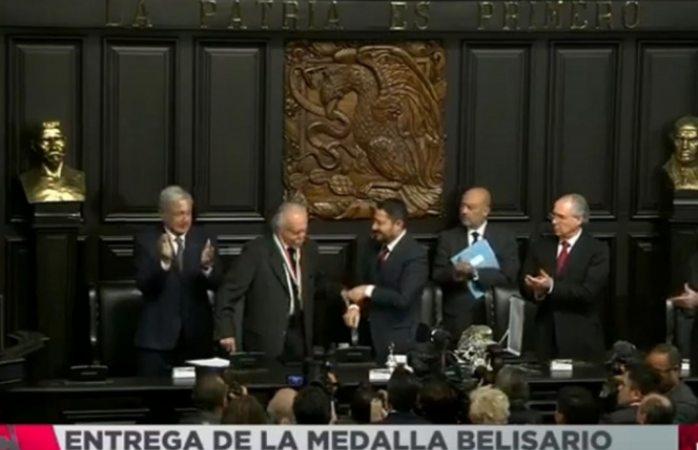 Carlos Payán recibe la medalla Belisario Domínguez
