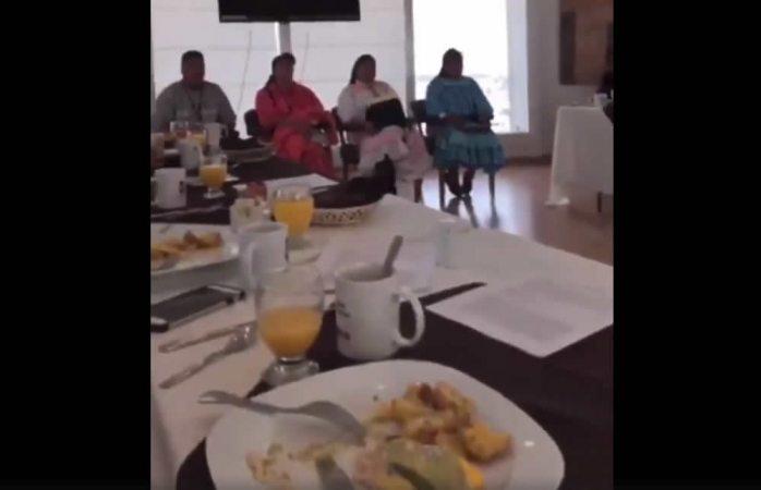 Genera indignación video de diputados de Chihuahua desayunando mientras atendían a rarámuris