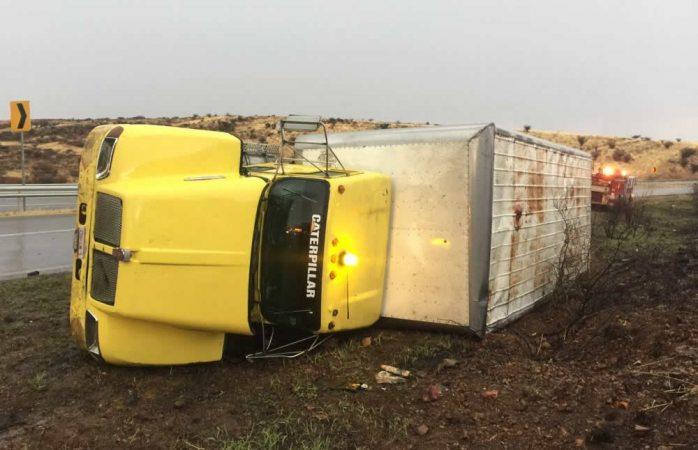 Vuelca camión en la carretera hacia Jiménez