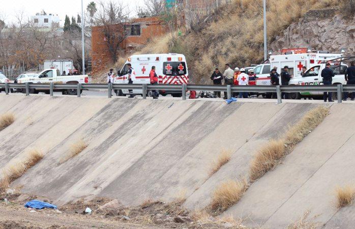Muere motociclista tras caer en el canal