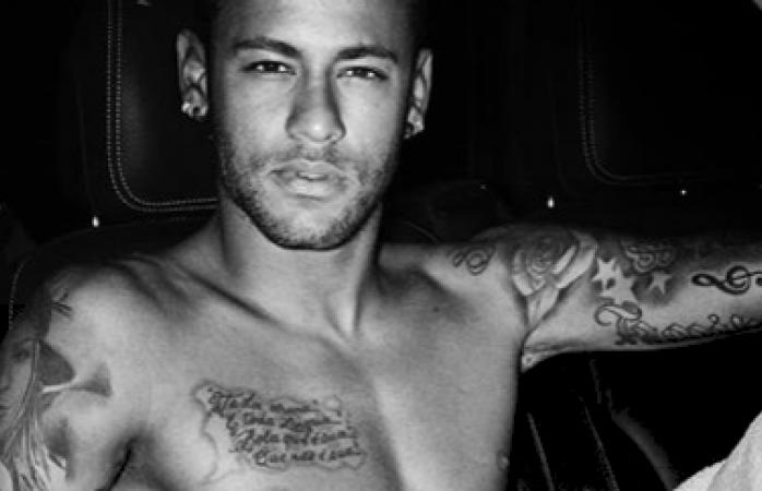 Se desnuda Neymar para fotógrafo acusado de explotación sexual