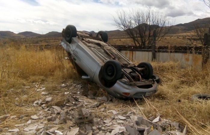 Choque provocó la volcadura de un vehículo en la carretera a Juárez