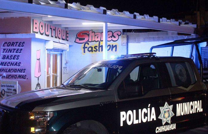 Asalta mujer armada a boutique en Los Pinos