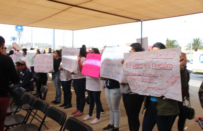 Protestan alumnos de Upnech en evento de Maru y Corral