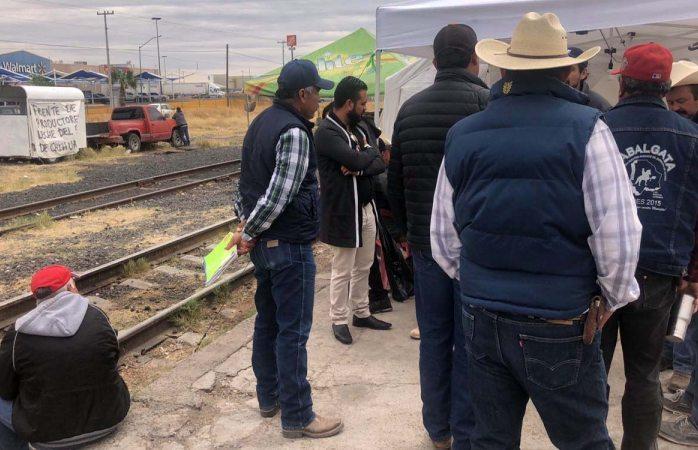 Desmienten lecheros a ferrocarrileros, sigue bloqueo