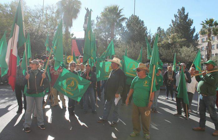 Bloquean calles integrantes de la Unta para exigir frijol