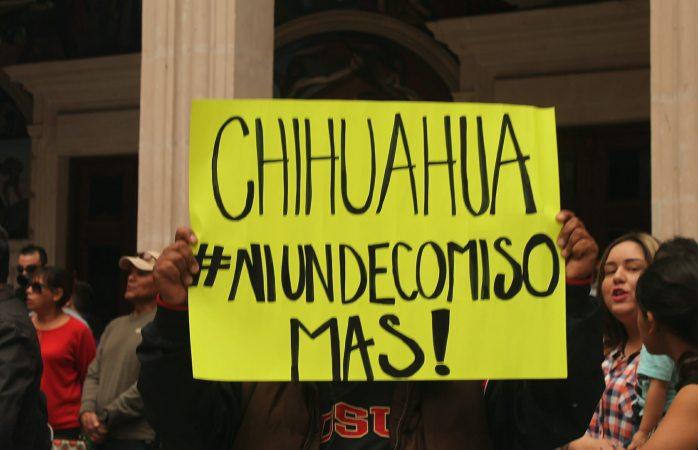 Se unen dueños de autos chuecos a manifestaciones en palacio