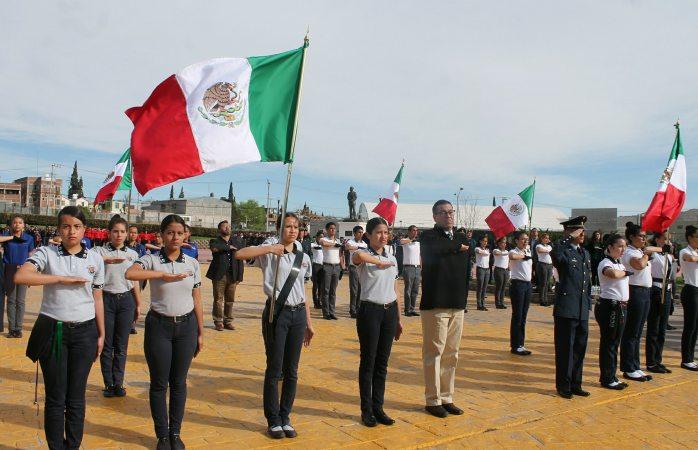 Rinden protesta 21 escoltas en el día de la bandera