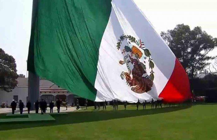 Festeja Peña Nieto Día de la Bandera; la izan con escudo al revés