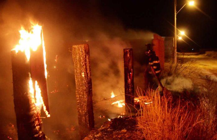 Generan gran movilización de bomberos por incendio de pasto en tapia
