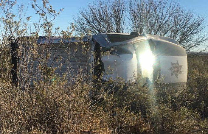 Mueren dos policías estatales al volcar en carretera a Jiménez