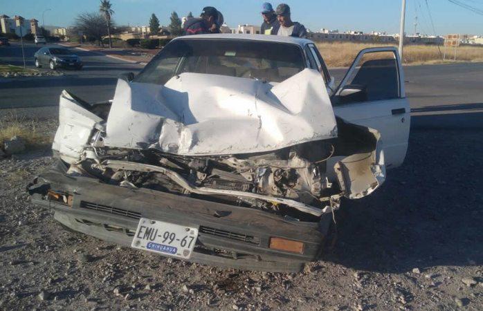 Chocan auto y camioneta en la avenida Teófilo Borunda