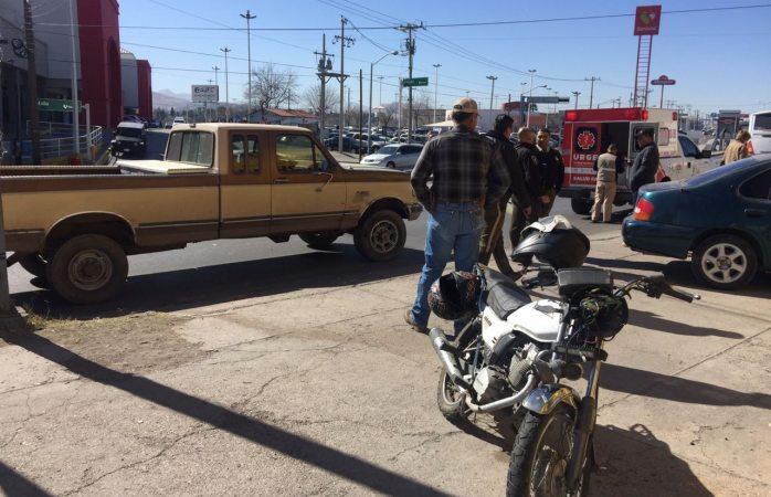 Intenta dar vuelta y le impacta motociclista