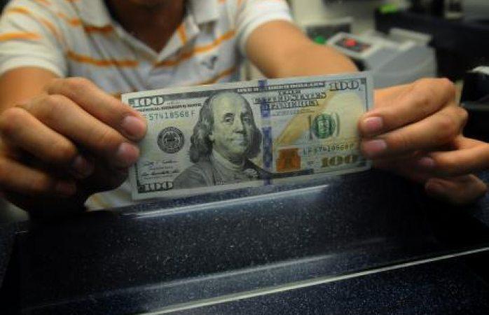 Dólar baja a $19.35 en bancos