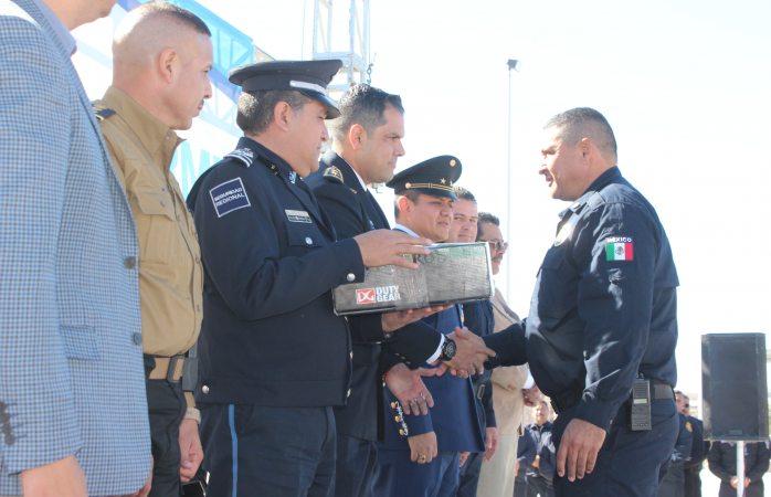 Entregan 186 uniformes a bomberos y personal de barandilla