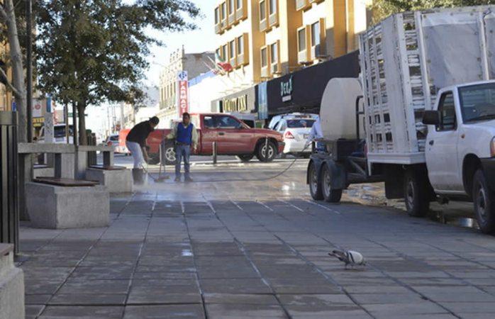 Realizan limpieza de plazas en el centro de la ciudad