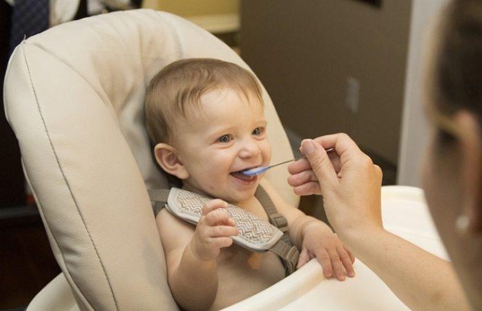 Expertos piden no dar papillas a bebés menores de seis meses