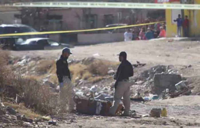 Hallan cuerpo mutilado dentro de maleta en terreno de Juárez