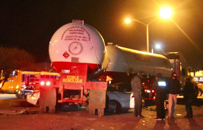 En Vivo: muere al meterse auto bajo pipa gasera