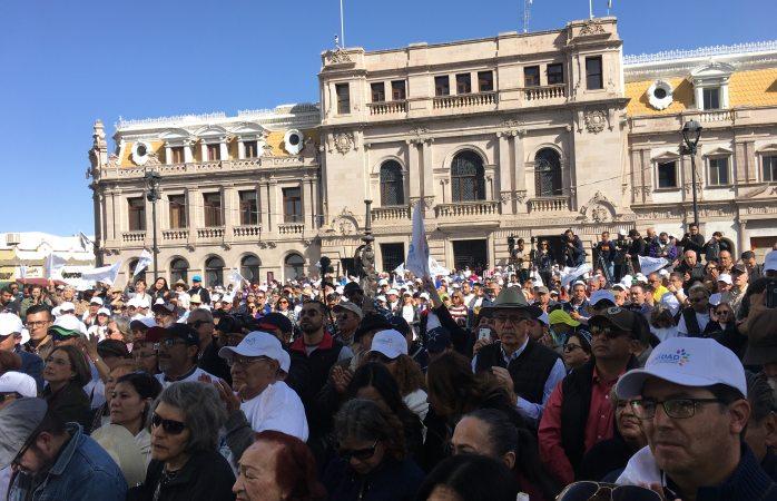 Arriban decenas de personas para participar en caravana de Corral