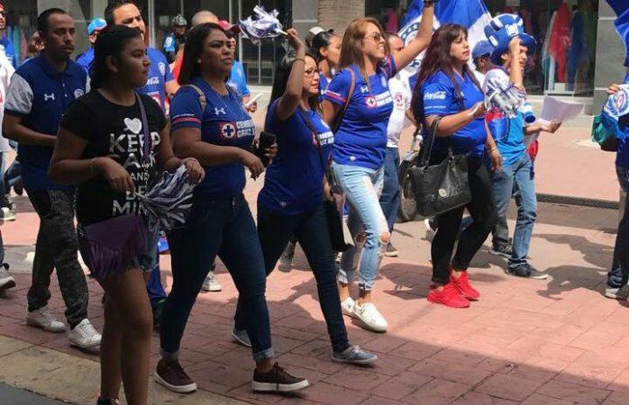 Se manifiestan aficionados del Cruz Azul en apoyo a la próxima liga